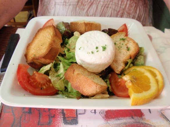 Le Bistrot d' Arromanches: A simple but well preapred goats cheese salad