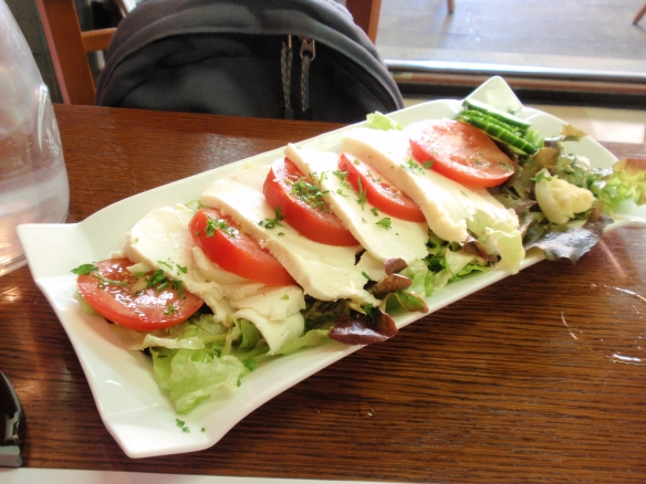 Le Bistrot d'Arromanches: I also ordered what I thought would be a 'side' salad of mozzarella and tomato - as you can see, it was huge, and the mozzarella was much less salty & creamier than the Italian varieties I am used to