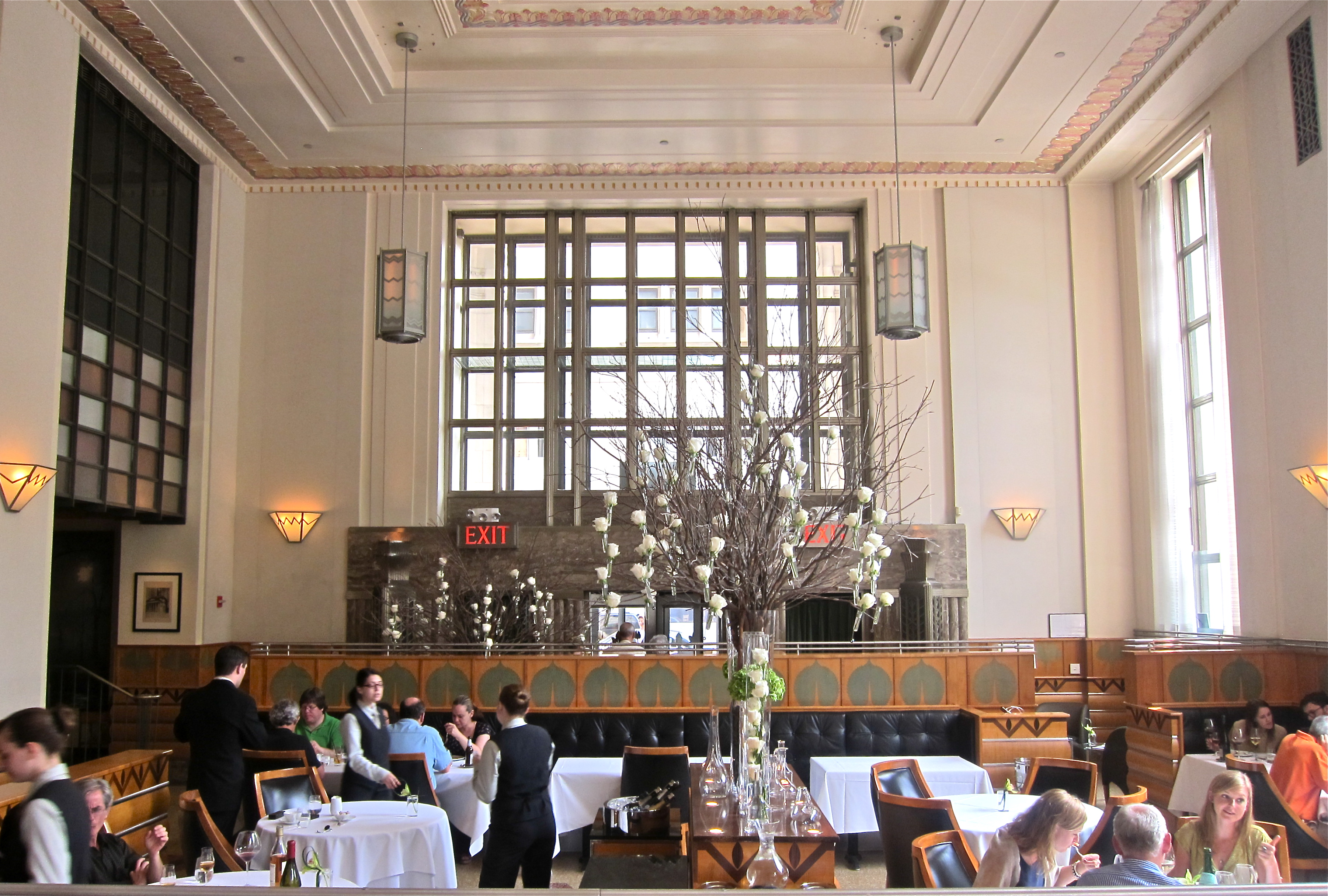 Eleven madison park s sweeping art deco dining room for Deco restaurant